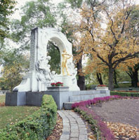 秋の市立公園 J・シュトラウス像