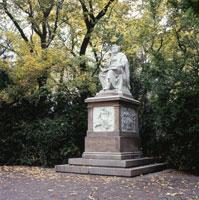 秋の市立公園 F・シュ−ベルト像