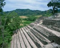 コパンの22号神殿と山並