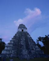 ティカルの1号神殿薄暮 25283002233| 写真素材・ストックフォト・画像・イラスト素材|アマナイメージズ