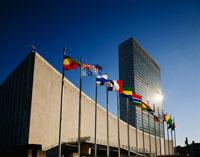 国連ビルと旗 25298004403| 写真素材・ストックフォト・画像・イラスト素材|アマナイメージズ
