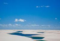 レンソイス・マラニャンセス国立公園内の砂丘と湖 25315014933| 写真素材・ストックフォト・画像・イラスト素材|アマナイメージズ