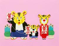 謹賀新年の虎家族 25334010187| 写真素材・ストックフォト・画像・イラスト素材|アマナイメージズ