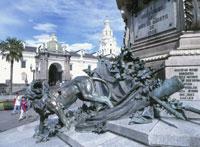 独立広場中央にある記念碑