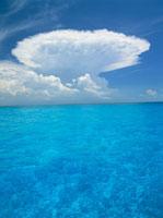 バハマの青い海と雲