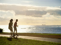 アラモアナビーチ公園夕景 25356000801| 写真素材・ストックフォト・画像・イラスト素材|アマナイメージズ