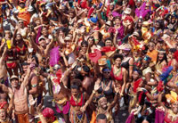 カーニバルの群衆 25356001656| 写真素材・ストックフォト・画像・イラスト素材|アマナイメージズ
