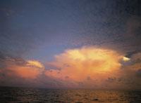 夕焼け雲 25356001664| 写真素材・ストックフォト・画像・イラスト素材|アマナイメージズ