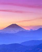 朝の富士山と山並