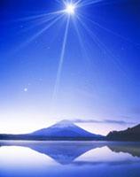 逆さ富士と朝の月 精進湖