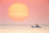 漁船と朝日 宗谷岬より望む