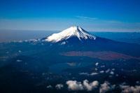 富士山が湖面に写る山中湖と富士山