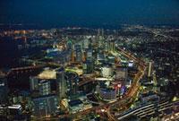 夜の横浜駅とみなとみらい地区周辺より横浜港