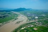 信濃川(大河津分水路)より越後平野と弥彦山,角田山