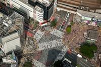 渋谷駅前のスクランブル交差点、混雑の人並