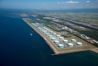 国家石油備蓄基地(福井港)のタンク群