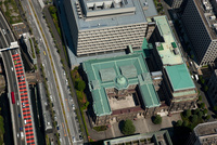 日本銀行本店(上空から見ると円の字に見える建物)