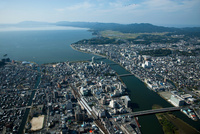 松江駅と松江市街地(後方に宍道湖と松江城)