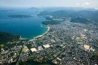 菊ケ浜海水浴場と萩城跡、萩市街地