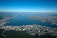 大津市(大津駅周辺)より琵琶湖全景(高度1,500m)日本最大湖 25397012412| 写真素材・ストックフォト・画像・イラスト素材|アマナイメージズ