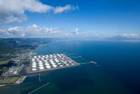 喜入石油備蓄基地 (日鉱日石石油基地)と鹿児島市街地と鹿児島湾,桜島