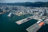 神戸港と神戸ポートタワー,メリケン波止場周辺より神戸市街地 25397014368| 写真素材・ストックフォト・画像・イラスト素材|アマナイメージズ