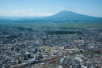 弘前駅,弘前市街地より弘前城と岩木山方面