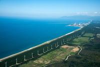 能代の防風林のと風力発電施設群海岸線(浅内より白神山地方面)