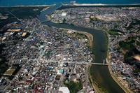 由利本荘の街並み(中央は子吉川)