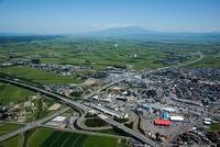 鶴岡インター(山形自動車道)周辺より庄内平野と鳥海山方面