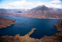 紅葉の八丁出島より中禅寺湖と男体山と戦場ヶ原方面