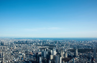 青空と都心のビル群と街並み(新宿より東京湾)