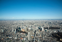 青空と東京の街並み(新宿より筑波山,関東平野)