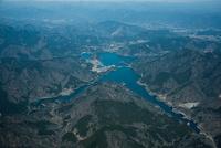 宮ケ瀬湖と宮ケ瀬やまびこ大橋周辺 25397016377  写真素材・ストックフォト・画像・イラスト素材 アマナイメージズ