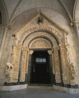 聖ロヴロ大聖堂入口 ライオンとアダムとイヴの彫刻 25410014331  写真素材・ストックフォト・画像・イラスト素材 アマナイメージズ