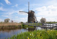 運河に掛る木橋とキンデルダイクの風車