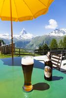 マッターホルンを望むトゥフテルンのレストランのテラスでのビール