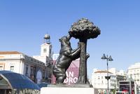 プエルタ・デル・ソルのヤマモモとクマの像 25410018098| 写真素材・ストックフォト・画像・イラスト素材|アマナイメージズ