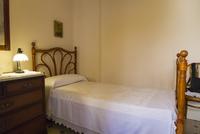 カサ・ミラのアパート内の女中部屋のベッド 25410018911| 写真素材・ストックフォト・画像・イラスト素材|アマナイメージズ