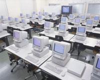 コンピューターの並ぶ教室