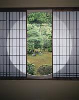 雪舟寺 丸窓 25467007090| 写真素材・ストックフォト・画像・イラスト素材|アマナイメージズ