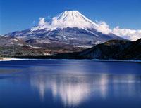 本栖湖より望む富士山 25488007712| 写真素材・ストックフォト・画像・イラスト素材|アマナイメージズ