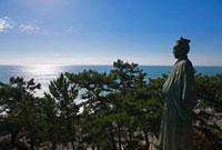 坂本龍馬像と朝日に輝く太平洋 桂浜 25488022968  写真素材・ストックフォト・画像・イラスト素材 アマナイメージズ