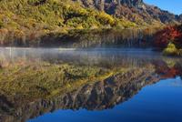 朝霧の鏡沼より朝日に染まる戸隠山水鏡