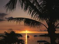万座ビーチの夕日