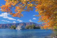 紅葉の十和田湖 兜岩と鎧岩と観光船 25516043273  写真素材・ストックフォト・画像・イラスト素材 アマナイメージズ