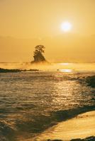 雨晴海岸より女岩と立山連峰朝日