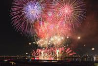 なにわ淀川花火大会 25516045637  写真素材・ストックフォト・画像・イラスト素材 アマナイメージズ