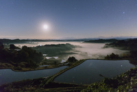 雲海の星峠の棚田と越後三山(越後駒ヶ岳,八海山,中ノ岳)夜景と星空と月
