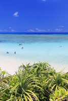 エメラルドグリーンの海と空 ニシ浜 波照間島 25516048673| 写真素材・ストックフォト・画像・イラスト素材|アマナイメージズ